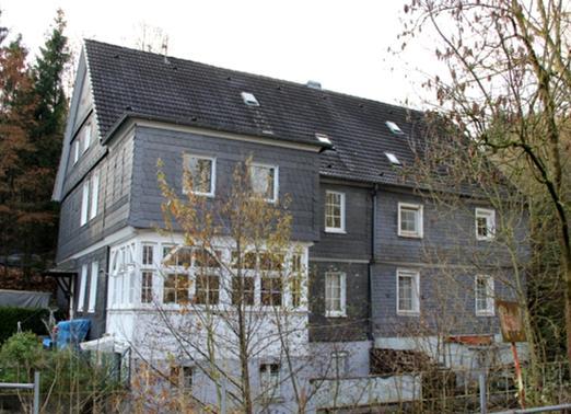 """Das Wohnhaus """"an den Hämmern"""" (zwischen der Brücke und der Fabrik) 1864 (Original im Heimatmuseum Hückeswagen), rechts im Herbst 2013 (Aufnahme: Sinan Kahl)"""