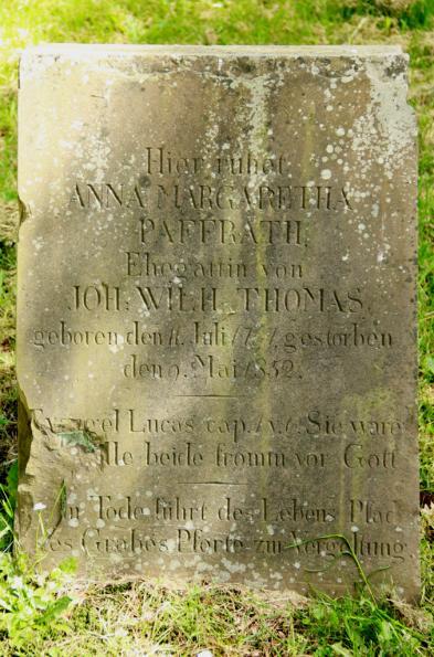 Grab von Johann Wilhelm Thomas und Anna Margaretha Paffrath auf dem alten lutherischen Friedhof in Wipperfürth (Aufnahme: Sinan Kahl, 2014).