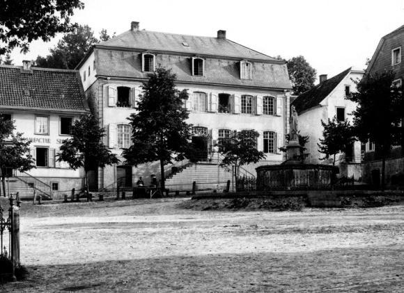 Das von Johann Reinshagen erbaute Haus am Wipperfürther Marktplatz (Aufnahme: Theodor Meuwsen, um 1890; Sammlung Wiegardt).