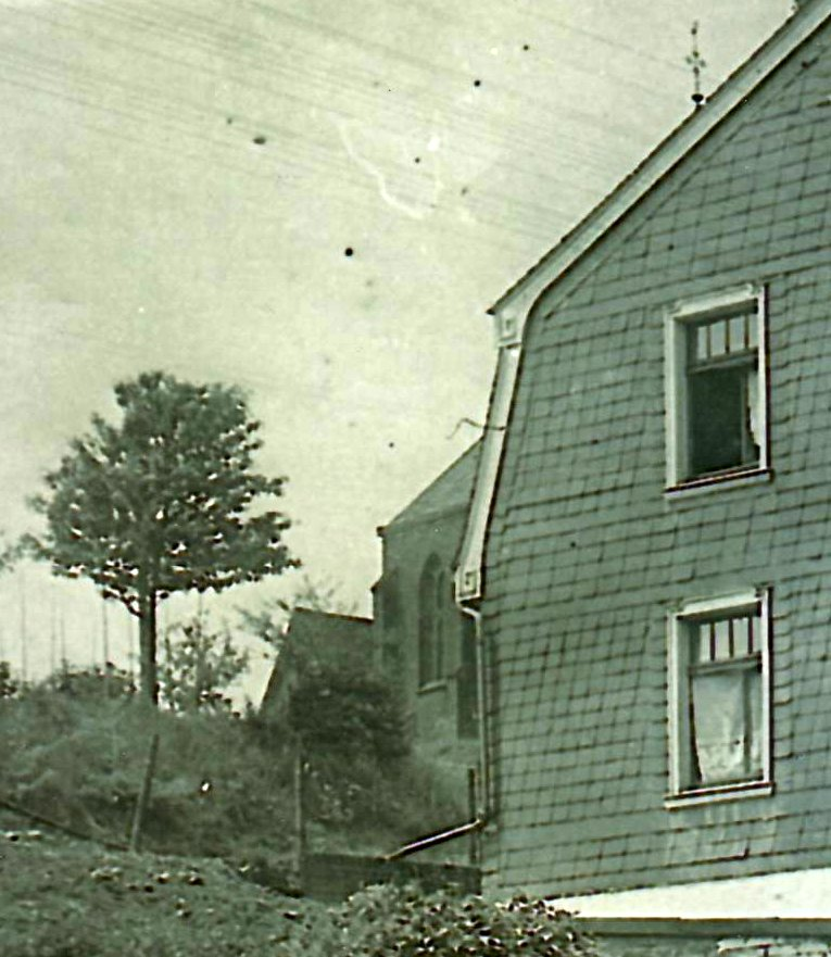 An der alten Kappele ist ein Giebel sichtbar.